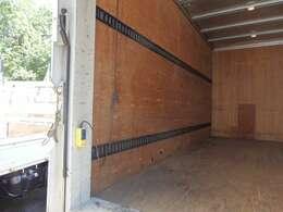 2段ラッシングベルトや室内灯もついております。荷台内形は、長さ:430cm 幅:177cm 高さ:211cmとなっております。