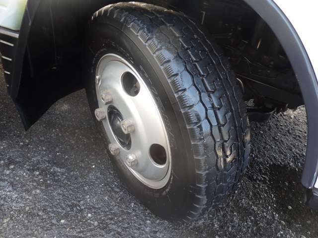 前後共にタイヤサイズにつきましては、205/70R16 111/109 LLTと、なります。リアタイヤはWタイヤ仕様となります!!