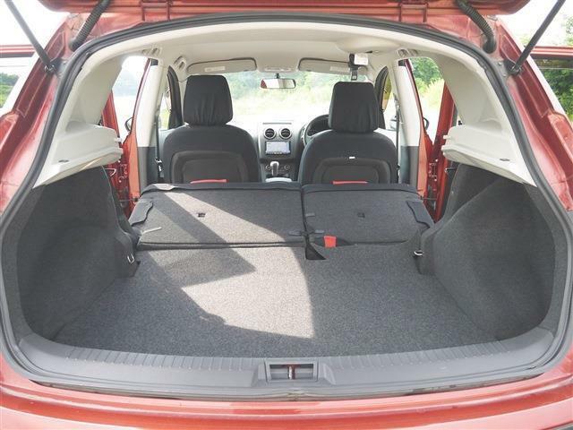 ●車内最後部2● 荷室はご自身の使い方でスペースが決まります。釣り人はキャンパー、ゴルファーなど荷物の多い趣味をお持ちの方は、可能な限り広い荷室がおすすめです。