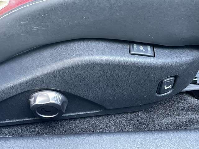 シートヒーターで冬でも暖かくドライブすることが出来ます。シートの位置も上下座右、自由自在です。