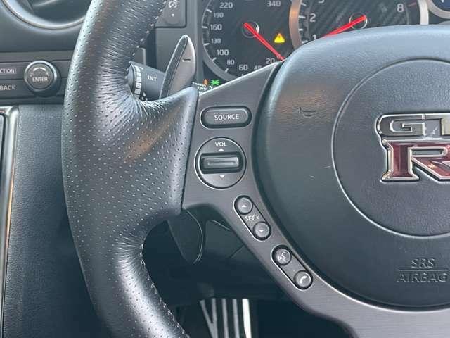 ドライブ性能を失わないよう、ステアリングスイッチの配列も考慮されたデザインになっています。