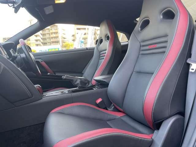 厳選された質感の本革レカロシートは運転席助手席で専用デザインが施されております。