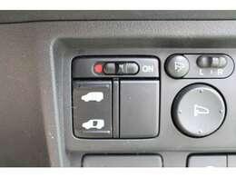 片側パワースライドドア付で、挟み込み防止機能によりお子様の乗り降りも安心!車内・車外のドアハンドルからはもちろんのこと運転席スイッチやリモコンキーからも開閉操作が可能で大変便利な装備となっております!