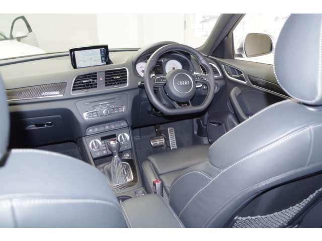 運転の邪魔をしない位置にセットされたモニターがナビを初めとする情報をご提供致します。CD/DVD、ラジオ、TV、ジュークボックス、iPod等との接続等、エンターテインメントにも隙はありません。