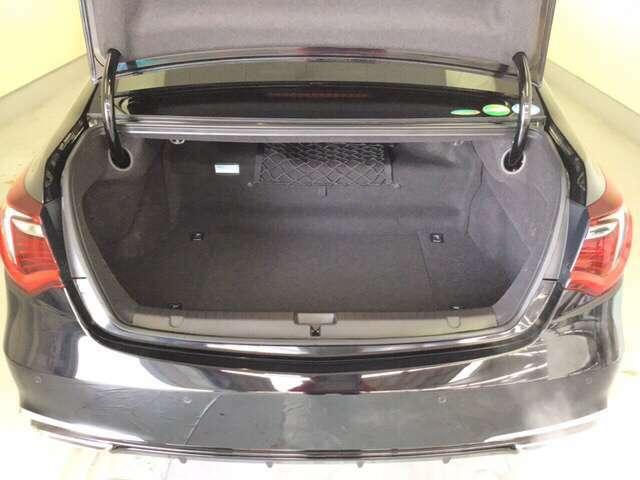ラゲッジも広く使いやすいトランクは、開口部も広く荷物の積み下ろしもしやすいお車となっております。