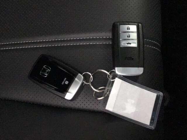 スマートキー付きですからドアロックの開閉およびエンジンスタートが楽々です。トランクオープナーのボタンも付いています。