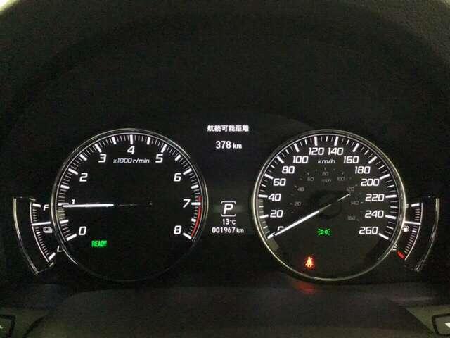 スピードメーターとタコメーターを大きく配した見やすいメーター部になっています。中央のインフォメーション画面で燃費などの情報を確認できます。
