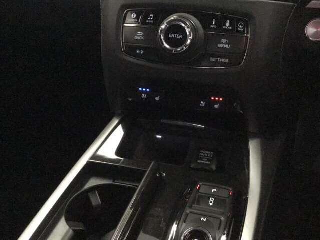 シートヒーターが付いています。写真のスイッチで前席の左右別々に温度設定ができます。