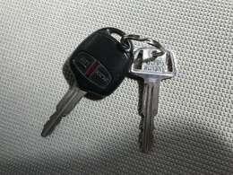 ある程度離れた場所でも鍵のボタンで施錠ができるキーレスタイプのカギです♪