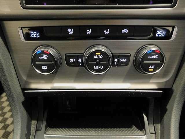 助手席と運転席がそれぞれ独立して調節ができる2ゾーンのオートエアコンです。