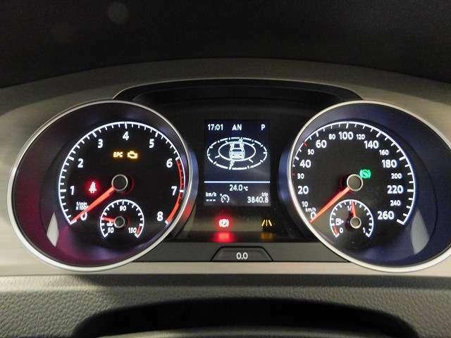 シンプルなメーターの間にはドライバーをサポートする様々なアシスト機能を見ることができるマルチファンクションインジケーターを装備☆