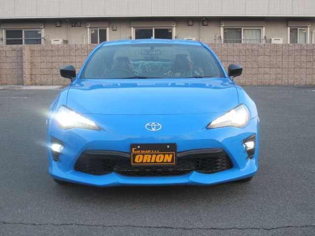 外装色のブライトブルーに内装はレッド/ブラックを選択。赤ステッチがオシャレ。国産車らしからぬ組み合わせにしました。