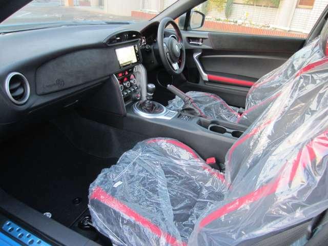 86の特徴は、着座位置の低さです。乗用車べースのスポーツモデルでは、味わえないシートポジションです。