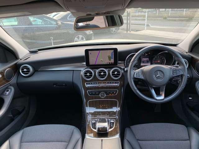 車内前方の写真です。非常に視界が開けており楽に運転が行えます。