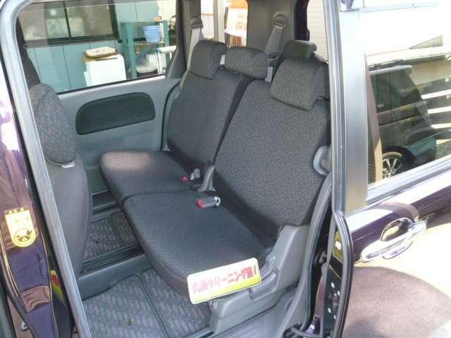 スライド量の大きなセカンドシートはゆったりと着座可能です。