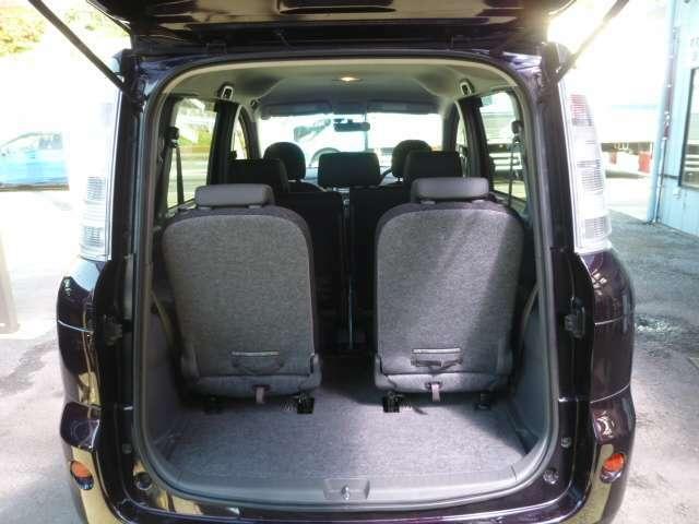 開口の大きなバックドアを開ければご覧の荷室スペースが確保されてます。