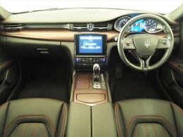 インテリアは12方向電動調整式フロントシート、ラディカウッドインテリアトリム、シートヒーターが装備され、スポーティーな走りの楽しみと快適性を両立。