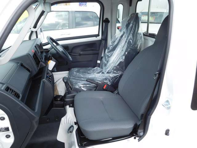 リクライニングシートでゆったりとした心地よさ。ゆとりの空間と十分なシートスライド量により、ラクな姿勢で運転でき、リクライニング機構付で休憩時ものびのび快適。