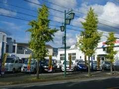 入口を入ると右側にお客様用駐車場がございますのでお車でもどうぞ。