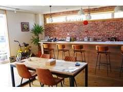 クルマやバイクを眺めながら、談笑できるカフェスペースも完備しております