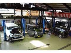 自社整備工場では、検査員資格を持ったメカニック4名を中心に価格以上の整備メンテナンスを行っております。