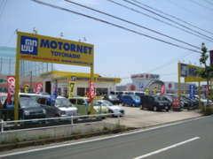 県道393号線に黄色い看板に青い文字!一目で分かるモーターネット豊橋店!近くで買い物帰りでもお気軽にお立ち寄りください♪