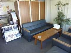 【室内】お待ちいただく時間も快適に過ごせるようソファー席もご用意!
