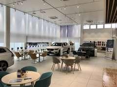 店内には新車と商談スペースをご用意しております。広々とした空間でゆったりとした時間を過ごせます。