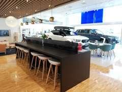フローリングや北欧家具によって居心地の良いリビングルームのようなスペースなっております。