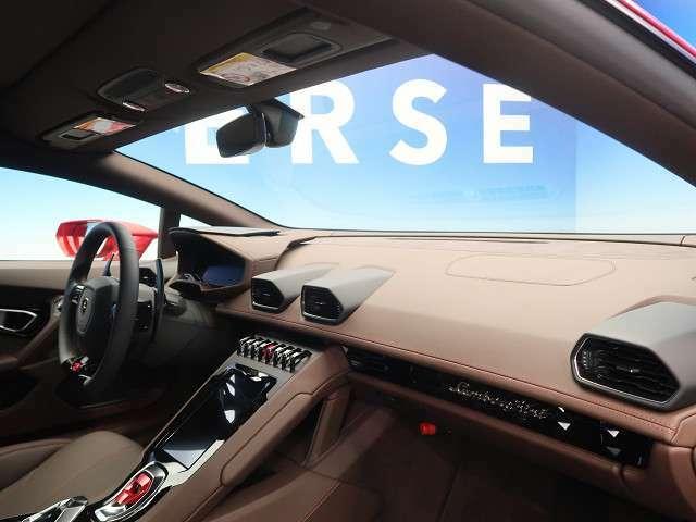 ●ランボルギーニならではの、細部まで作り込まれた、洗練されたデザインです。運転席からの視界は、店頭にてお客様ご自身の目でお確かめください!