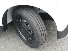 ブラック塗装の純正14インチアルミホイール装着(ハーフホイールキャップ付)!タイヤの溝も、まだまだ!くわしくはスタッフへ。