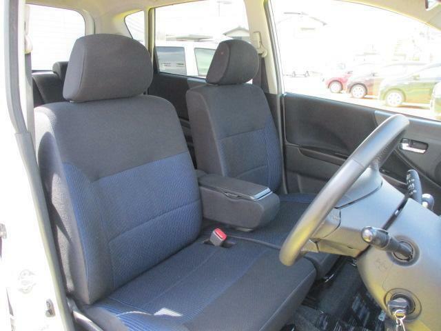 座面が広く、ゆったり座れるベンチシートで運転も快適です☆座席の横移動もスムーズにできます♪