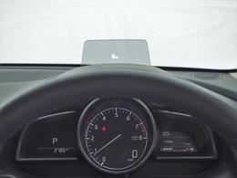 運転に集中しながら、必要な情報を逃さない「ヘッズアップコクピット」。フロントガラスに情報を投影することで、視線移動と焦点調節を軽減するアクティブ・ドライビング・ディスプレイを採用しています。