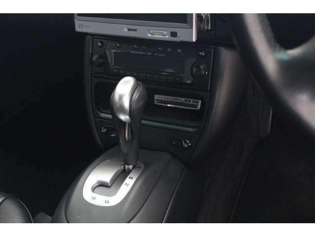 内装はブラックレザーシート、新車時メーカーオプションのシートヒーター、オートクルーズコントロール、フロアマット、ETC、DVDナビ付です。禁煙車となります。