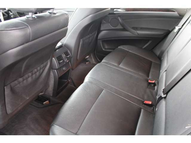 運転席、助手席ともに使用感もほとんどなく大変綺麗な状態を保っております!破れもなく、運転席脇部分も綺麗な状態が保たれております!
