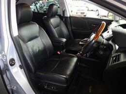 運転席のシートが体にフィットし居心地の良い運転席です!高級感もあり満足のいく運転席に♪