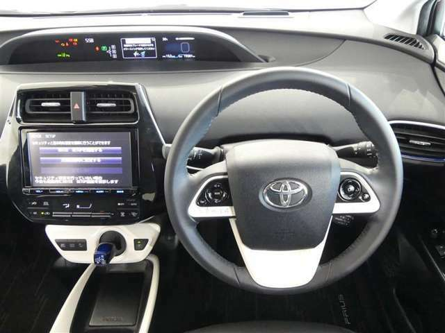 シンプルな運転席 運転は軽いハンドル回しで 快適なドライブを楽しみます。