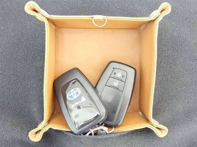 【スマートキー】 バッグやポケットにキーが入っていてもドアロックの開閉とエンジンスタートがワンタッチで出来るキーフリーシステムを装備。荷物で手がふさがっている時、とても便利な機能です。