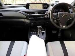 内装はメーカーオプションのFスポーツ専用ホワイト本革シートです。前席パワーシート(HOT&COOL)・ステアリングヒーター付きです。後席も本革シートです。