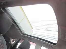 上級グレードの G ですので大型ガラスルーフが装備されております♪シェードを開ければこの開放感です♪後部座席の頭上まで広がる大きさです♪