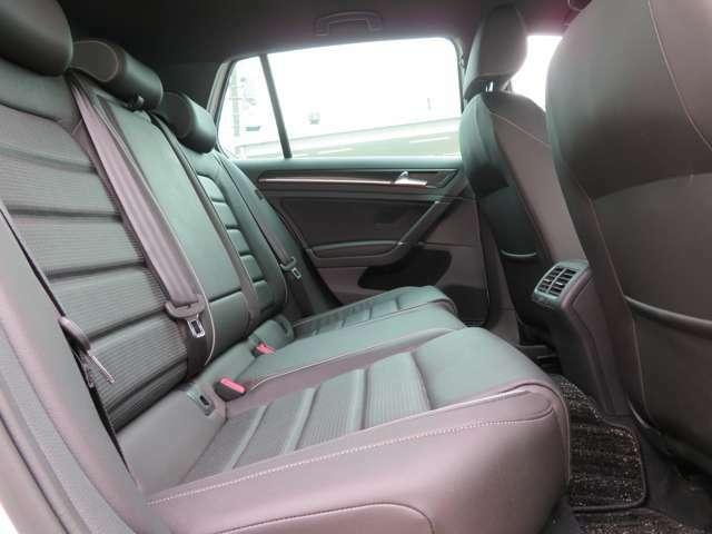 リアもサイドエアバッグとカーテンエアバッグを備え安全性を高めています。充分なレッグスペースと広い座面のリアシートです☆