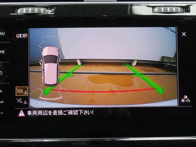 ギアをリバースに入れると車両後方の映像を映し出します。画面にはガイドラインが表示され、車庫入れや縦列駐車の際に安全確認をサポートします☆