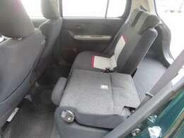 分割可倒式リヤシートで荷物の載せ方もいろいろアレンジできます。足元もゆったりしてるから後部座席に乗られる方も快適♪ 使い方も広がりますね♪