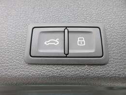 電動リアゲート機能付き♪ ボタン一つでリアゲートの開閉が可能になります♪ 上級グレードならではの装備となります♪