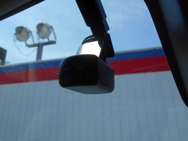 前後撮影可能な日産純正ドライブレコーダ。あおり運転などの対策に。
