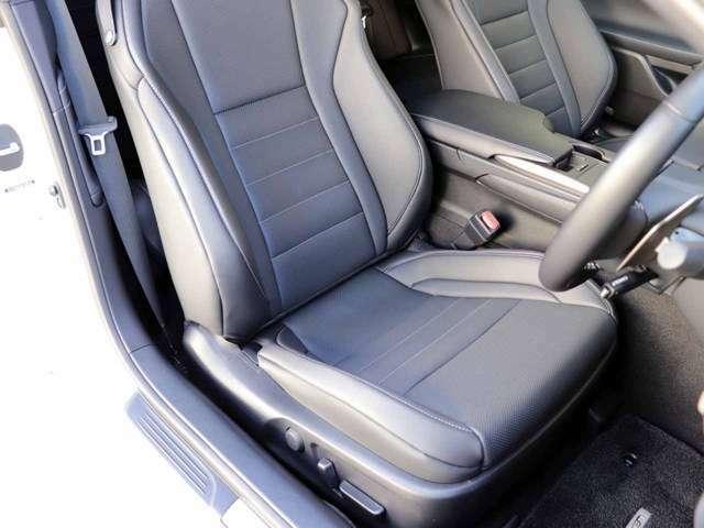 運転席のシートの状態です。前席シートヒーター&ベンチレーション機能(HOT&COOL)付きです。スレ・シワ・ヘタリ等なく、ほとんど使用感なく、きれいな状態です。純正のフロアマットもついております。