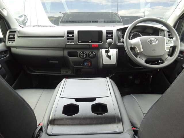 6速AT/運転席エアバッグ/ABS/キーレス/イモビライザー/VSC(横滑り防止装置)/フロントエアコン/社外ETC車載器/社外レザー調シートカバー/純正ルームセパレーターカーテンが装備されています。