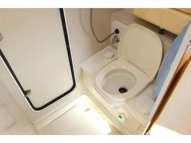 万が一の時も安心なカセットトイレ完備!シャワールームにもなっています!