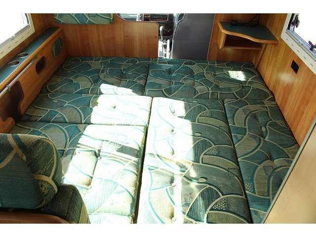 ベッド展開も簡単に出来ますよ♪大人3名が就寝可能です!