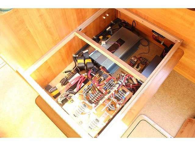 ツインサブバッテリー・走行充電器・外部充電器・1500Wインバーター!!その他追加装備の取り付けも当社にお任せ下さい!!